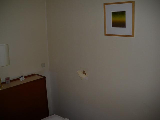 ホテル客室の壁穴