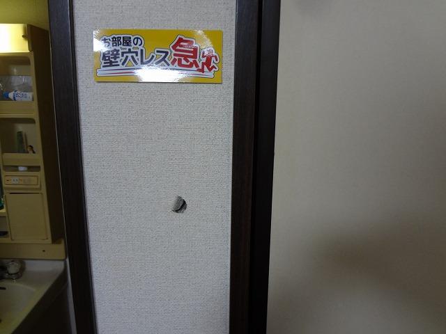 アパートの廊下壁穴