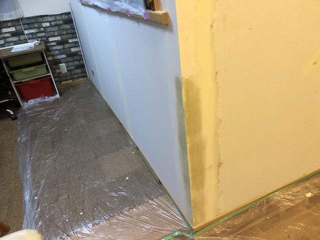 壁コーナーをパテ処理して修復した状態